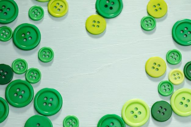 Вид сверху зеленых кнопок с копией пространства