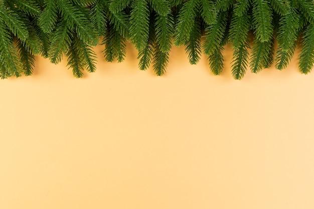 화려한 배경에 녹색 전나무 나뭇가지의 최고 볼 수 있습니다. 디자인을 위한 빈 공간이 있는 새해 휴가 개념.