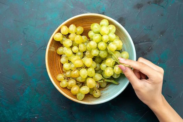 緑のブドウの上面図暗い、ワインの新鮮な果物のプレートの内側の新鮮なまろやか