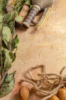 木製の机の上のロープと緑の葉の上面図