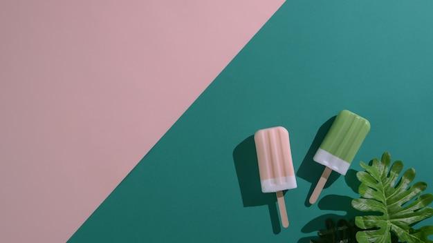 Вид сверху фруктовое мороженое зеленого чая и клубники на плоской лежал зеленый и розовый фон