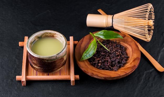 Вид сверху на зеленый чай матча в миске на деревянной поверхности
