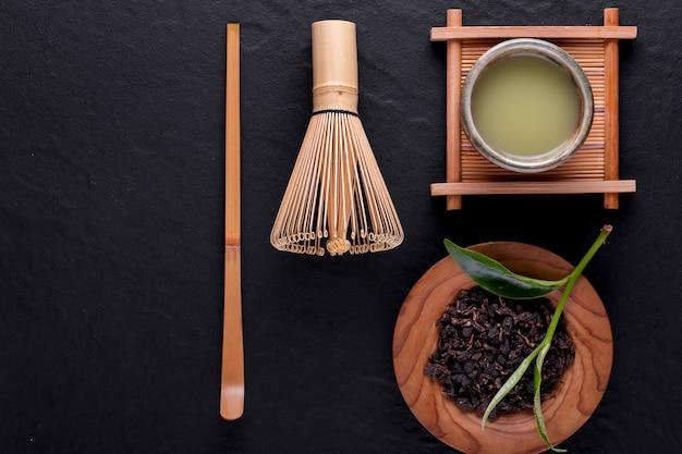 Вид сверху зеленого чая матча в миске на деревянной поверхности