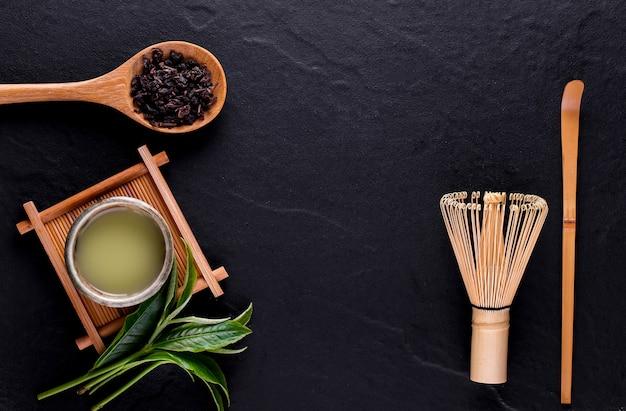 木製の表面のボウルに緑茶抹茶の上面図