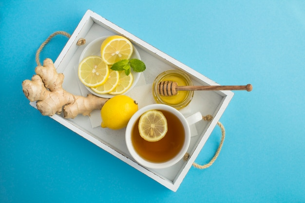 レモン、蜂蜜、生姜入り緑茶のトップビュー