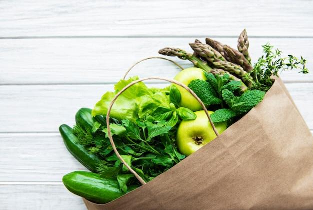 Вид сверху на зеленые овощи, плоская планировка