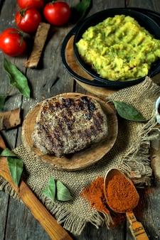 으깬 감자와 구운 쇠고기 스테이크의 상위 뷰