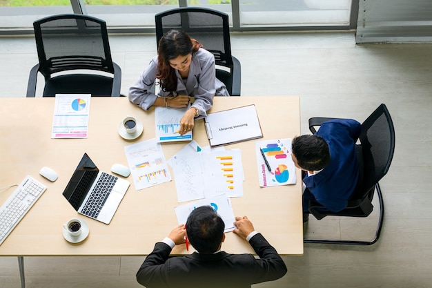 Вид сверху группы многоэтнических занятых людей, работающих в офисе