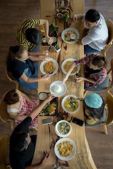 夕食を食べた人のグループのトップビュー