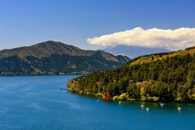 芦ノ湖の箱根鳥居門の眺め