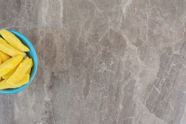 Вид сверху на половину лука под углом. синяя миска с желтым углом.