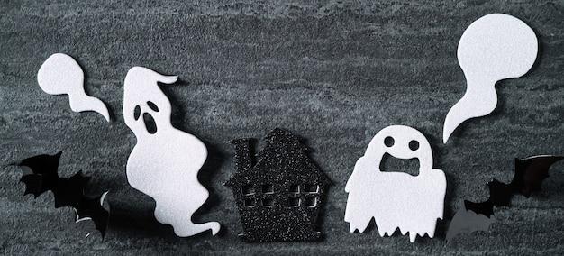 ダークブラックのスレートの背景にハロウィーンのコンセプトの装飾の上面図。