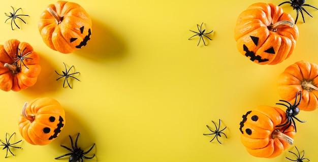 Вид сверху поделок на хэллоуин, оранжевой призрачной тыквы и черного паука