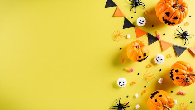 Вид сверху поделок на хэллоуин, оранжевая тыква, призрак, летучая мышь и черный паук