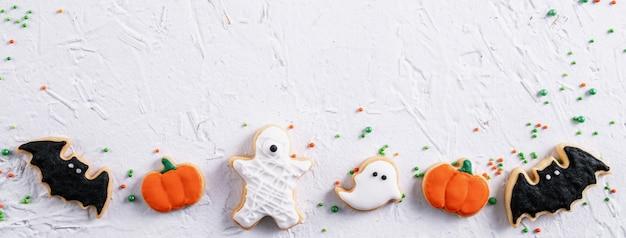 Вид сверху на хэллоуин праздничное украшенное сахарное печенье имбирный пряник на белом фоне с копией пространства и плоской планировкой.