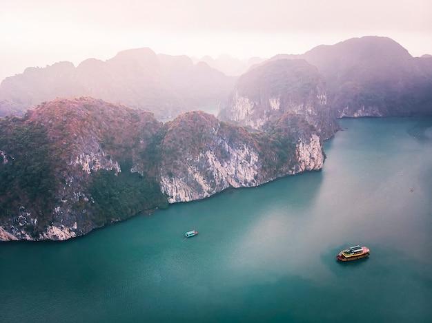 ハロン湾ベトナムの上面図。岩と海のある美しい海の景色。東南アジアのエキゾチックな性質。