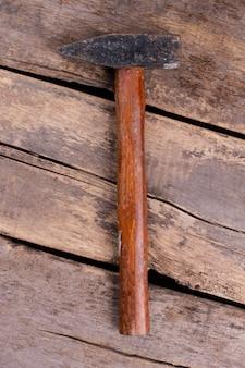 Вид сверху молотка с деревянной ручкой