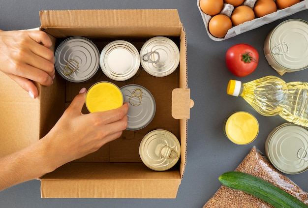 Вид сверху руки приготовления пожертвований еды