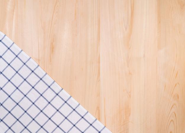 ハンドタオルと木製の背景の上面図