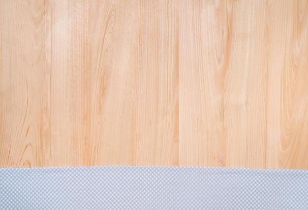 ハンドタオルと木製テクスチャ背景の上面図