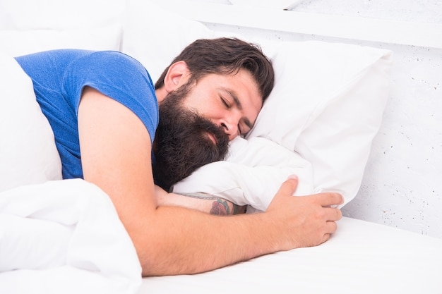Вид сверху красивого зрелого человека в рубашке, спать в постели, здоровый сон.