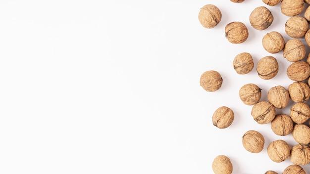 Вид сверху твердой скорлупы грецких орехов с копией пространства