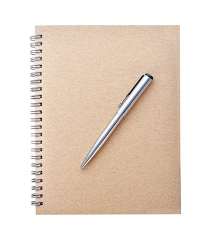 白い背景で隔離のハードカバークラフトノートブックとボールペンの上面図
