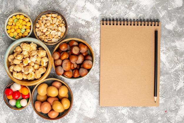 흰색 표면에 사탕과 헤이즐넛과 땅콩의 상위 뷰