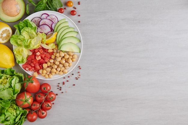 Вид сверху здоровой сбалансированной вегетарианской пищи