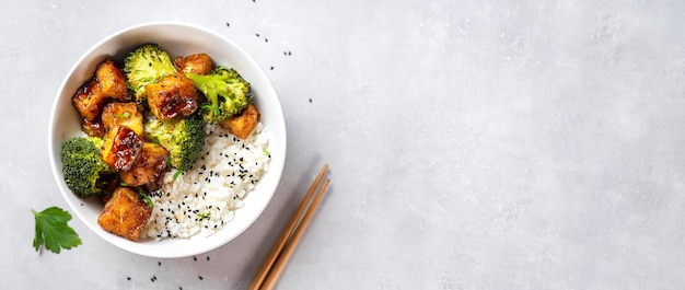튀겨지고 바삭한 두부, 쌀, 브로콜리가 들어간 건강한 그릇의 평면도