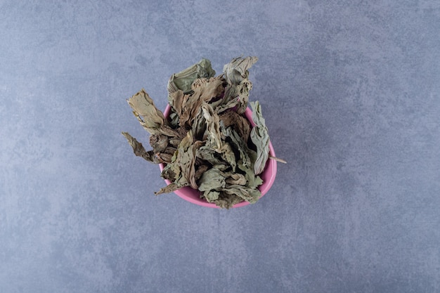 ピンクのボウルの健康な乾燥した葉の上面図。