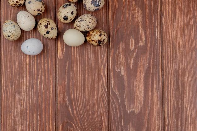 Вид сверху здоровых перепелиных яиц на деревянном фоне с копией пространства