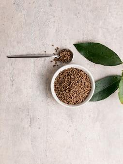 健康的なソバ茶とダッタンソバのkuqiao種子の割りの上面図。フラットレイ。コピースペース
