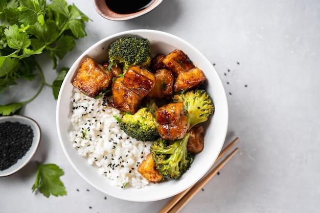 흰색 바탕에 브로콜리와 쌀 건강 두부 그릇의 상위 뷰