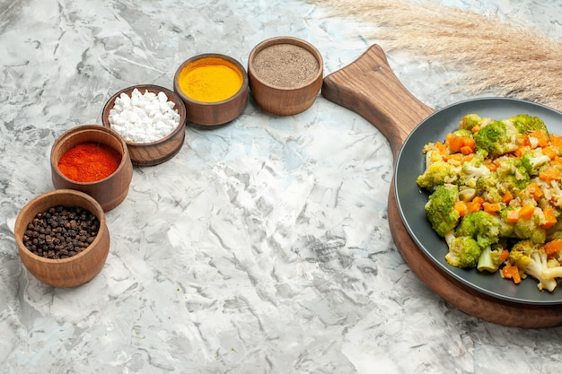 흰색 바탕에 건강 한 야채 샐러드 다른 향신료의 상위 뷰