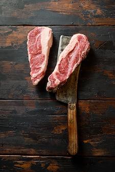 Вид сверху сырого стейка из чака в форме сердца с мясорубкой