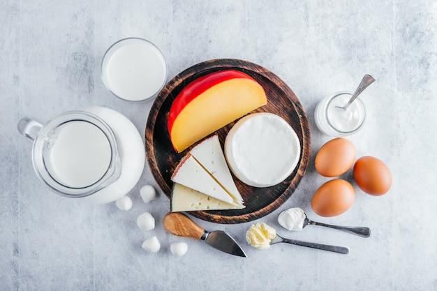 Вид сверху на молочные продукты с высоким содержанием белка, такие как коровье молоко, сыры, масло и яйца
