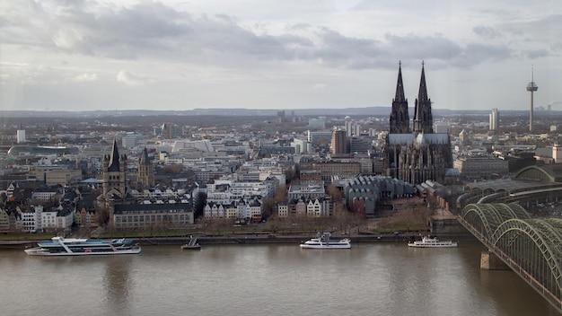 Вид сверху исторического центра кельнского собора от реки рейн, германия
