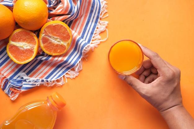 오렌지 주스 한 잔을 들고 있는 상위 뷰