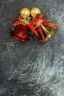 ライトグレーの表面の休日の鐘の上面図 無料写真