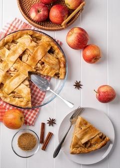 나무 테이블에 홈메이드 애플 파이의 상위 뷰