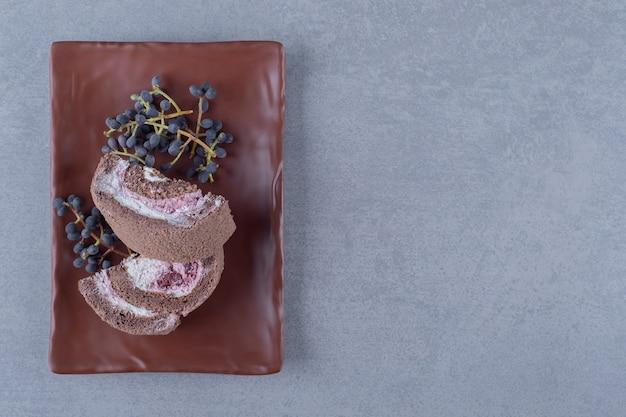 茶色のプレート上の自家製チョコレートケーキスライスの上面図