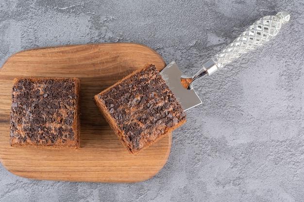 木の板に自家製チョコレートケーキのスライスの上面図。