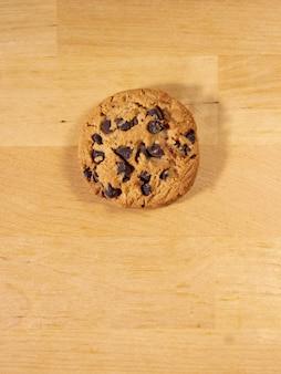 木製のテーブルの上の自家製チョコレートチップクッキーの上面図