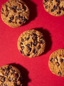 빨간 크리스마스 배경에 홈메이드 초콜릿 칩 쿠키의 상위 뷰