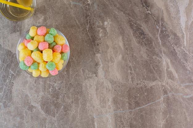灰色の自家製カラフルなキャンディーの上面図