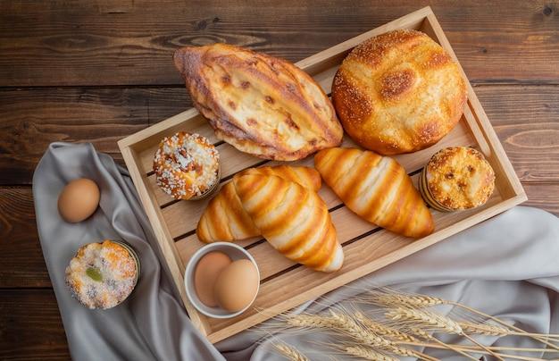 Вид сверху домашних круассанов и хлеба