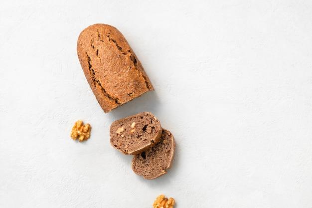조각 복사 공간에 호두를 넣은 홈메이드 에인콘 빵의 꼭대기 전망