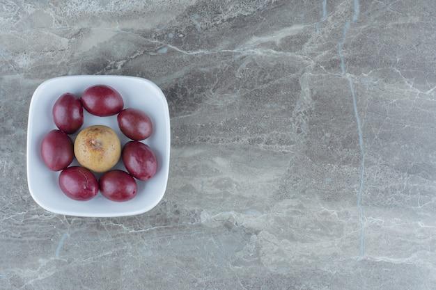 흰 그릇에 집에서 만든 절인 야채의 최고 전망.