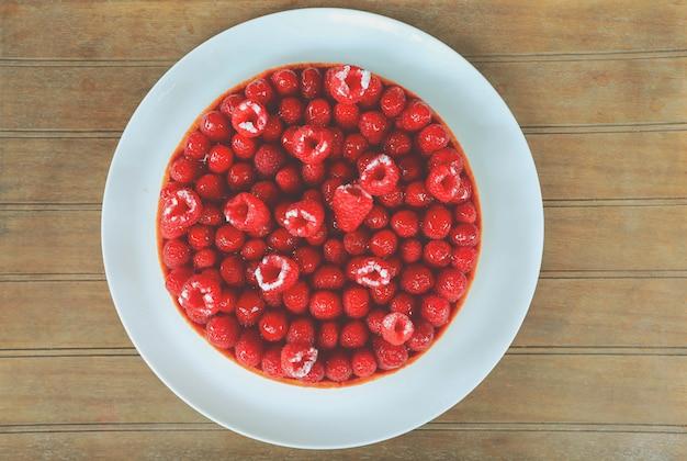 白い皿に自家製ラズベリーケーキのトップビュー